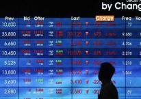 Pengunjung melintasi papan elektronik yang menampilkan pergerakan indeks harga saham gabungan (IHSG) di Bursa Efek Indonesia, Jakarta, Senin (22/3/2021). Bisnis/Eusebio Chrysnamurti