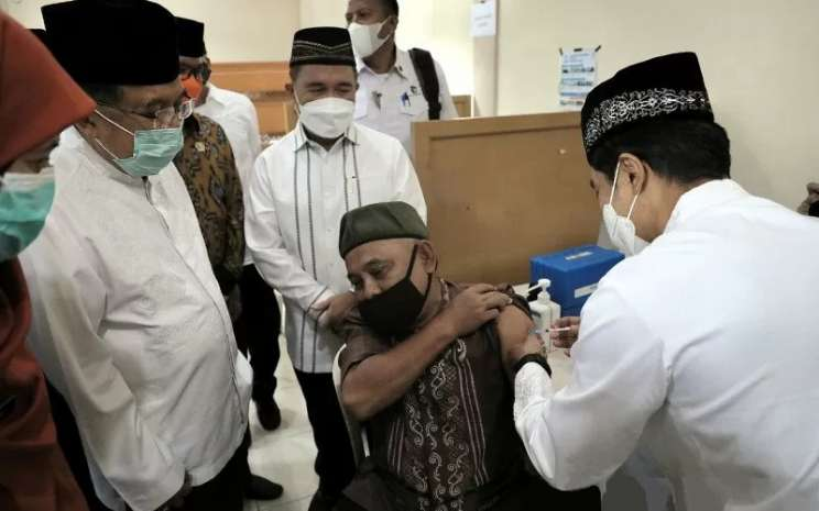 Ketua Umum Dewan Masjid Indonesia (DMI) Jusuf Kalla meninjau kegiatan vaksinasi kepada orang lanjut usia di Masjid Jami Assa'adah, Kecamatan Sukmajaya, Kota Depok, Jawa Barat, Jumat (9/4/2021).  - Tim Media JK