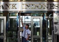 Petugas di bawah tulisan Bank Indonesia./ Dimas Ardian - Bloomberg