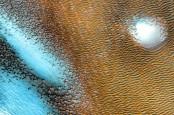 Struktur Biru Bersinar Ditemukan di Planet Mars