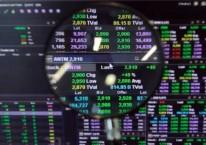 Karyawan mengamati pergerakan harga saham di Jakarta, Senin (15/2/2021). Bisnis/Himawan L Nugraha