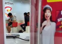 Pelanggan menunggu pelayanan di gerai Smartfren, Serpong, Tangerang Selatan, Sabtu (5/1/2019)./Bisnis-Endang Muchtar