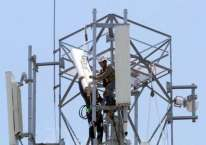 Teknisi memasang perangkat Base Transceiver Station (BTS) di salah satu tower di Makassar, Sulawesi Selatan, Rabu (18/3/2020)./Bisnis-Paulus Tandi Bone