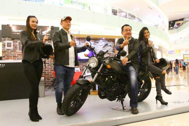 Presiden Direktur PT Mitra Pinasthika Mulia (MPM) Suwito (kedua kanan) dan Direktur Dendy Sean (kedua kiri) bersama model berpose dengan motor Honda CMX500 Rebel saat peluncurannya, di Surabaya, Kamis (25/5). - Bisnis