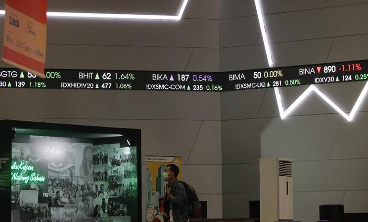 Pengunjung beraktivitas di depan layar pergerakan Indeks Harga Saham Gabungan (IHSG) di galeri PT Bursa Efek Indonesia (BEI), Jakarta, Selasa (4/2 - 2020). ANTARA / Reno Esnir