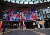 Pengunjung berjalan kaki di mall Kuningan City, Jakarta, Kamis (17/12/2020). Gubernur DKI Jakarta Anies Baswedan menginstruksikan melalui Seruan Gubernur nomor 17 tahun 2020 agar pusat perbelanjaan atau mall di DKI Jakarta membatasi jam operasional hingga pukul 19.00 WIB pada libur Natal 2020 dan Tahun Baru 2021./ANTARA FOTO-Sigid Kurniawan