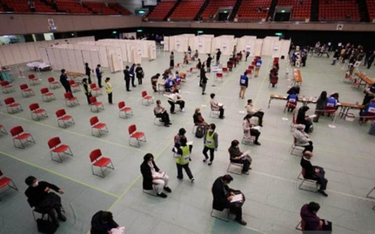 Ilustrasi - Staf medis berpartisipasi dalam pelatihan vaksinasi virus Corona di Osaka, Minggu (28/2/2021).  - Antara/The Yomiuri Shimbun/Takayuki Hamai