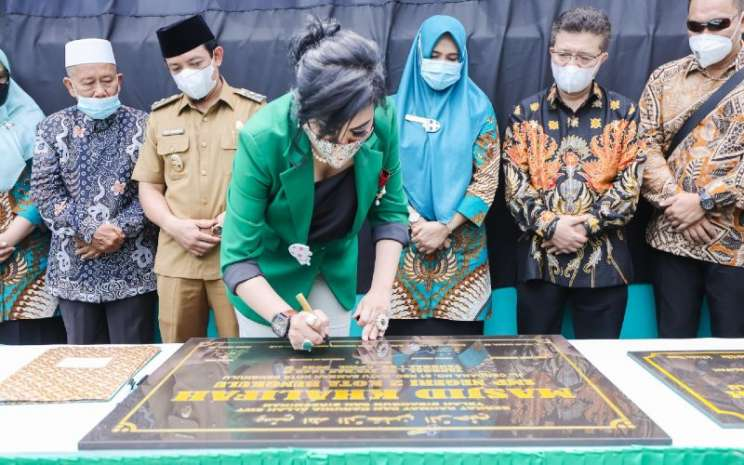 Wanita pengusaha maya miranda ambarsari menerakan tanda-tangan pada plakat yang akan ditempel di masjid Khalifah.  - Bisnis