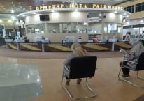 Masyarakat mengantre untuk mengurus perizinan di Kantor Dinas Penanaman Modal dan Pelayanan Terpadu Satu Pintu (DPMPTSP) Kota Palembang./Bisnis-Dinda Wulandari