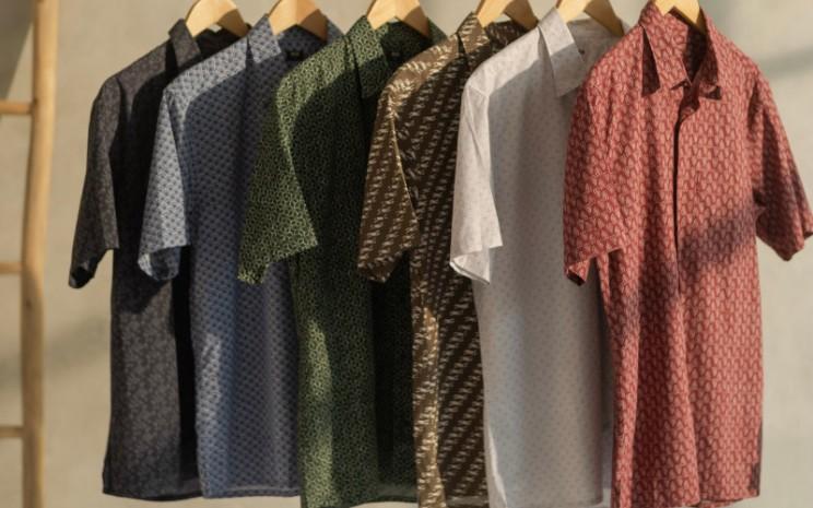 Enam kemeja pria dalam nuansa warna earthy, menampilkan beragam jenis batik dengan arti masing-masing yang bernuansa optimistis.  - Uniqlo