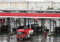 Aktivitas pengisian truk tangki untuk distribusi bahan bakar minyak (BBM) di Depo BBM Pertamina di Plumpang, Jakarta, Senin (4/5/2020)./Bisnis-Dedi Gunawan
