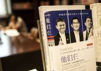 Foto eks Chairman Alibaba Group Holding Ltd. Jack Ma (kiri) dan Chairman serta CEO Tencent Holdings Ltd. Ma Huateng (tengah), bersama co-Founder dan CEO Baidu Inc. Robin Li (kanan), terpampang di sampul sebuah buku di perpustakaan milik Huawei Technologies Co. di kantor pusat perusahaan tersebut di Shenzen, China, Rabu (22/5/2019)./Bloomberg-Qilai Shen