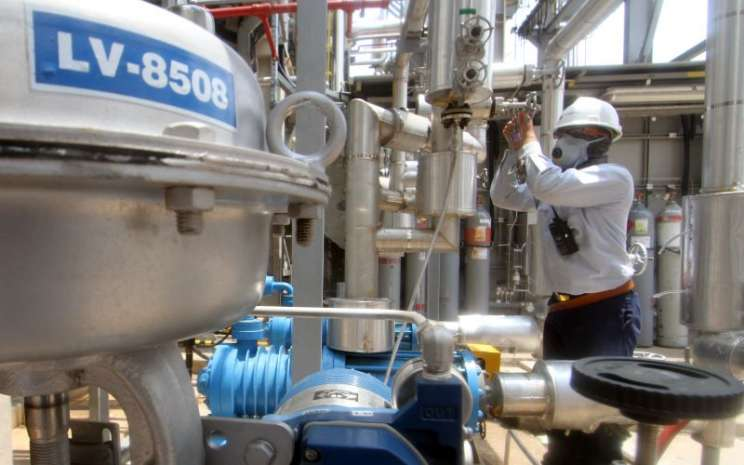 Pekerja mengoperasikan mesin di komplek pabrik PT Chandra Asri Petrochemical Tbk (TPIA), Cilegon, Banten. - Antara / Muhammad Iqbal