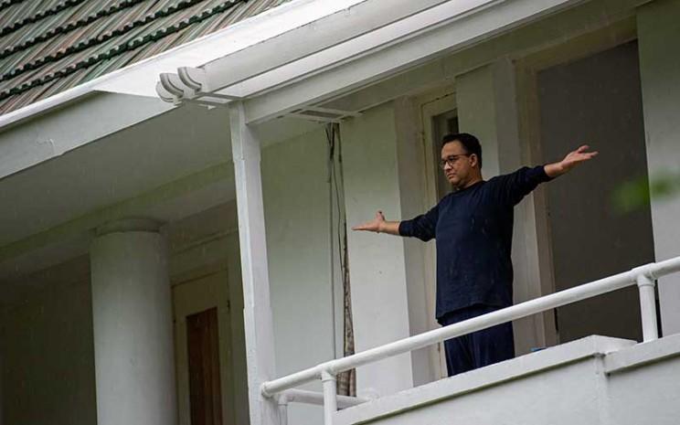 Gubernur DKI Jakarta Anies Baswedan melakukan panggilan video dengan keluarganya saat menjalani isolasi di rumah dinasnya di Menteng, Jakarta Pusat, Kamis (3/12 - 2020).  ANTARA FOTO