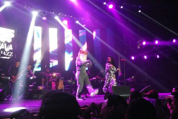 Yura Yunita menari dengan 'kucing' saat melantunkan lagu Aksi Kucig pada acara BNI Java Jazz Festival 2018 Sabtu (3/3 - 2018)