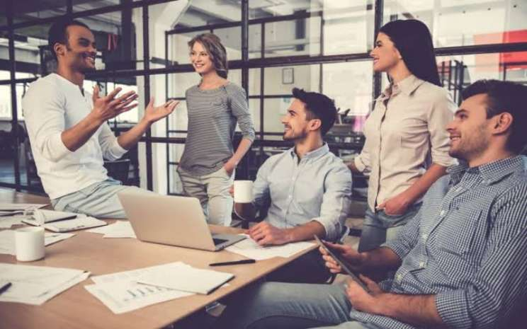 Entrepreneur muda sedang rapat - ilustrasi