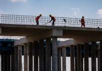 Sejumlah pekerja menyelesaikan pembangunan proyek jalan tol Semarang-Demak seksi II di Kecamatan Karangtengah, Demak, Jawa Tengah, Kamis (13/8/2020). Menurut data Kementerian PUPR hingga 2 Agustus 2020, penyerapan belanja infrastruktur telah mencapai 44,15 persen atau senilai Rp33,9 triliun dari total pagu TA 2020 sebesar Rp75,6 triliun, dengan serapan tenaga kerja sebanyak 456.487 orang pada program Padat Karya Tunai dalam rangka mendorong pemulihan ekonomi nasional akibat pandemi COVID-19./ANTARA FOTO-Aji