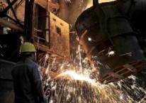 Pekerja melakukan proses pemurnian dari nikel menjadi feronikel. /JIBI-Nurul Hidayat