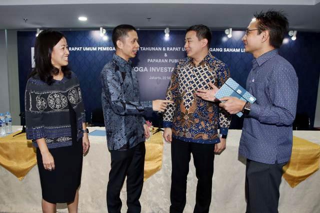 Direktur Keuangan PT Saratoga Investama Sedaya Tbk Lany Djuwita Wong (dari kiri) berbincang dengan Direktur Investasi Devin Wirawan, Hubungan Investor Albert Saputro, dan Direktur Portofolio Andi Esfandiari di sela-sela paparan publik seusai RUPS, di Jakarta, Rabu (22/5/2019). - Bisnis/Abdullah Azzam