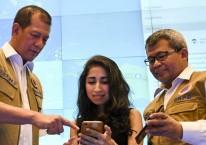 Kepala Badan Nasional Penanggulangan Bencana (BNPB) Letjen TNI Doni Monardo (kiri) bersama Direktur Yayasan Peta Bencana Nashin Mahtani (tengah), dan Kepala Pusat Data Informasi dan Komunikasi Kebencanaan BNPB Agus Wibowo (kanan) mencoba mengakses platform PetaBencana.id saat diluncurkan di Graha BNPB, Jakarta, Selasa (11/2/2020)./Antara - Hafidz Mubarak A