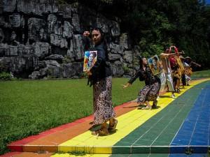 Peringati Hari Kartini, Penari Dari Sanggar Tari Bongkeng Art Space Menari Selama Tujuh Jam Tanpa Henti