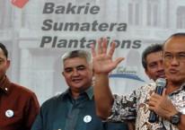 Pengusaha Aburizal Bakrie (pegang mik) berpidato pada puncak peringatan 100 Tahun Bakrie Sumatera Plantations (UNSP) pada 2011./Antara-Audy Alwi.