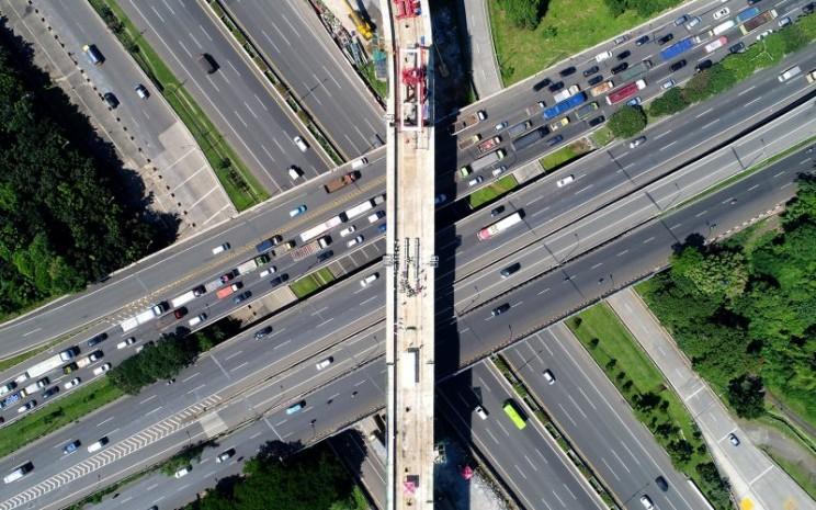 "U-Shape Girder merupakan pondasi struktur bangunan LRT Jabodebek dengan cetakan beton berbentuk huruf ""U"". Untuk pertama kalinya U- Shape Girder digunakan di Indonesia dan lahir di pabrik beton pracetak milik ADHI. Teknologi ini diadopsi dari Prancis.  - ADHI.Co.Id"
