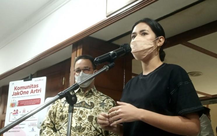 Penyanyi Raisa Andriana (dari kanan) didampingi Gubernur DKI Jakarta Anies Baswedan memberikan keterangan usai mendapat jatah vaksinasi Covid-19 di Balai Kota DKI Jakarta hari ini, Kamis (22/4/2021) - Bisnis.com/Nyoman Ary Wahyudi