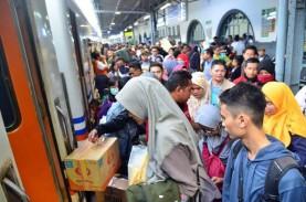 Plafon Ambruk, Stasiun Surabaya Pasarturi Tetap Beroperasi
