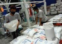 Pekerja berada di gudang Bulog di Jakarta, Rabu (2/9/2020). Bisnis/Nurul Hidayat