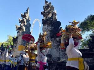 Jelang Hari Raya Kuningan, Umat Hindu Bawa Benda-Benda Sakral Ke Pura