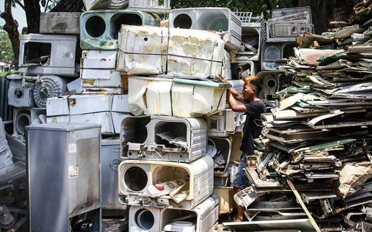 Pekerja memilih barang bekas di tempat pengepulan sampah elektronik di Jakarta, Kamis (19/11/2020). ANTARA FOTO - Rivan Awal Lingga