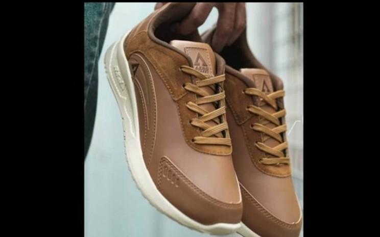 Model membawa sepatu Aerostreet - Antara/HO