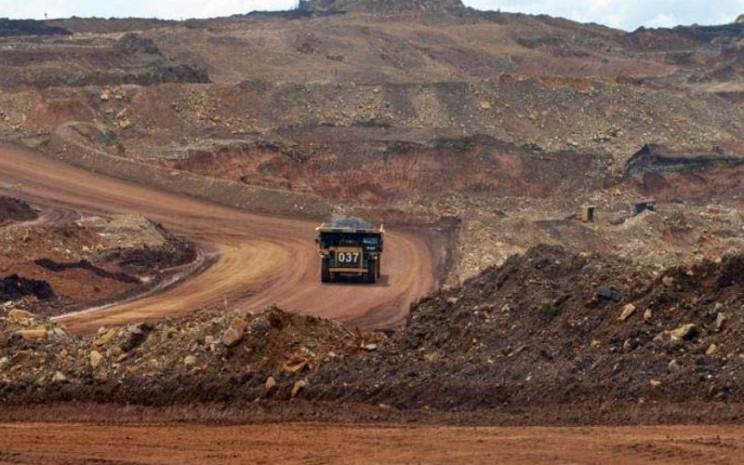 Articulated dump truck mengangkut material pada pengerukan lapisan atas di pertambangan nikel PT. Vale Indonesia Tbk. di Soroako, Luwu Timur, Sulawesi Selatan, Kamis (28/3/2019).  - Antara/Basri Marzuki