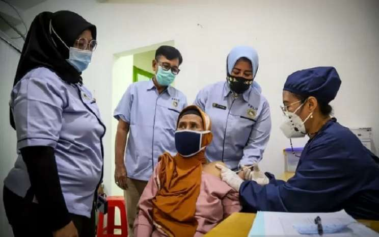 Vaksinasi warga lanjut usia (lansia) di Jakarta Utara. - Antara\\r\\n