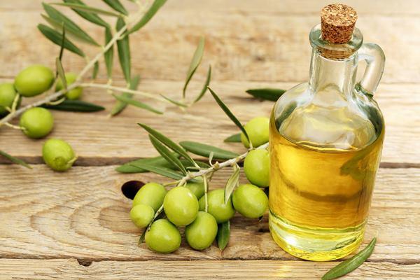Minyak zaitun. Kandungan vitamin A, C, dan E pada minyak zaitun membantu memberikan nutrisi, melembapkan, meregenerasi, dan menghaluskan kulit wajah.  - tsmc.com.au