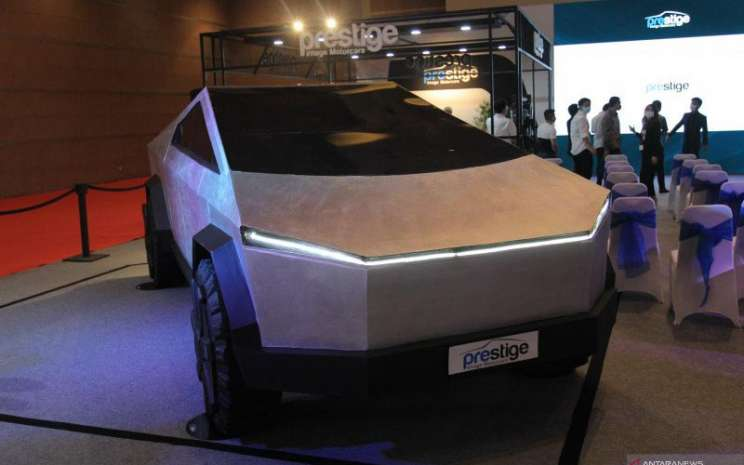 Prestige Motorcars memamerkan Tesla Cybertruck di Indonesia International Motor Show (IIMS) Hybrid 2021.  - Antara/Chairul Rohman