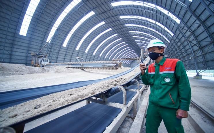 Pegawai PT Semen Baturaja (Persero) Tbk memantau produksi di pabrik perseroan. istimewa