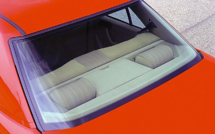 Rak belakang pada Mercedes-Benz Saloon, model seri 124, dengan relung samping untuk penahan kepala yang dapat ditarik secara pneumatik di bagian belakang dan ceruk untuk menyimpan kotak P3K. Foto dari 1984.  - Daimler