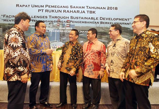 Direktur Utama PT Rukun Raharja Tbk Djauhar Maulidi (ketiga kiri) berbincang dengan Komisaris Independen M Senang Sembiring (dari kiri), Komisaris Independen Rachmad Gobel, Komisaris Utama Boyke Wibowo Mukijat, Direktur Fahriz!i, dan Direktur M Oka Lesmana Firdauzi, sebelum RUPST perseroan, di Jakarta, Kamis (2/5/2019). - Bisnis/Endang Muchtar