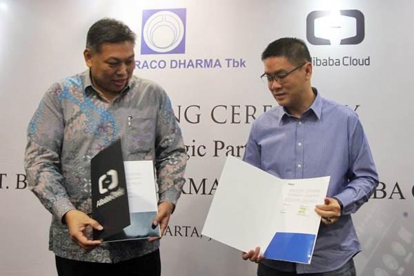 Direktur Utama PT Bintraco Dharma Tbk Sebastianus Harno Budi (kiri) bertukar naskah kerja sama dengan Direktur Indonet Official Partner of Alibaba Cloud David Tandianus, di Serpong, Tangerang Selatan, Senin (30/7/2018). - JIBI/Endang Muchtar