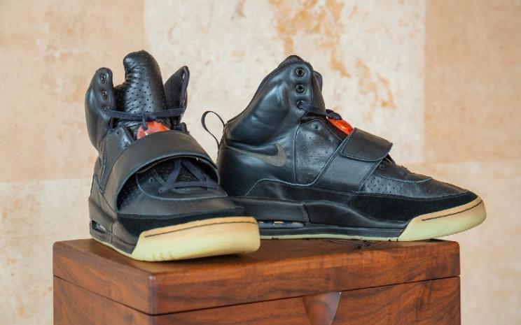 Sepatu prototipe Nike Air Yeezy 1 milik penyanyi Kanye West.  - Sotheby\\\'s.
