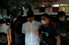 Foto Pengacara Rizieq Shihab, Munarman, Diborgol dan Mata Ditutup di Polda Metro Jaya