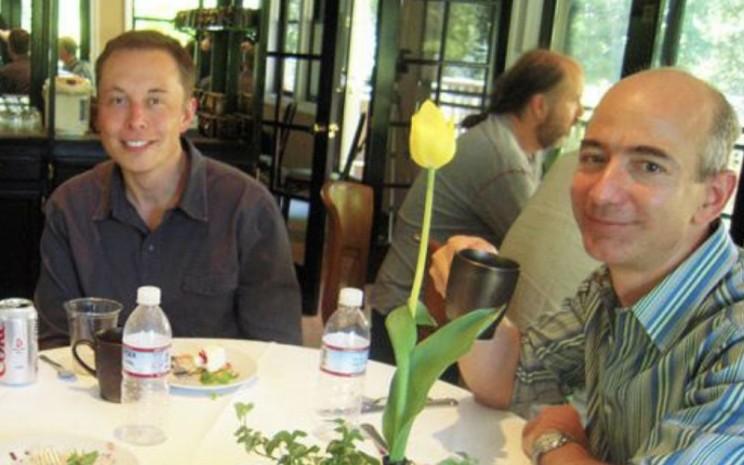 Elon Musk dan Jeff Bezos.  - twitter @TrungTPhan\\r\\n