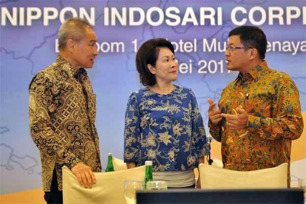 Presiden Direktur dan CEO PT Nippon Indosari Corpindo Tbk Wendy Yap (tengah) berbincang bersama Direktur Independen Alex Chin (kiri) dan Direktur Indrayana, di sela RUPST, di Jakarta, Selasa (16/5). - Antara