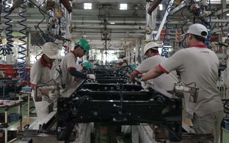 Pekerka tengah beraktivitas di pabrik perakitan Hino.  - Hino