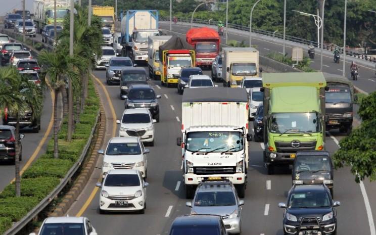 Truk logistik melewati jalan tol di Tb Simatupang, Jakarta, Rabu (28/4/2021).   Implementasi standar Euro 4 akan menguntungkan para pemilik kendaraan niaga dan logistik, termasuk Isuzu. Selain kian hemat BBM, kendaraan juga makin mudah perawatannya.  - Bisnis.com