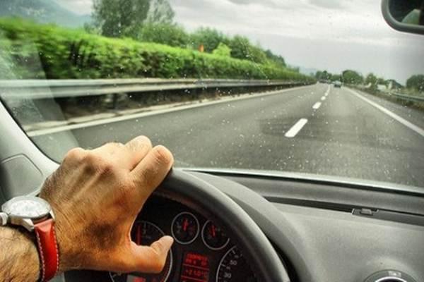 Ilustrasi menyetir -