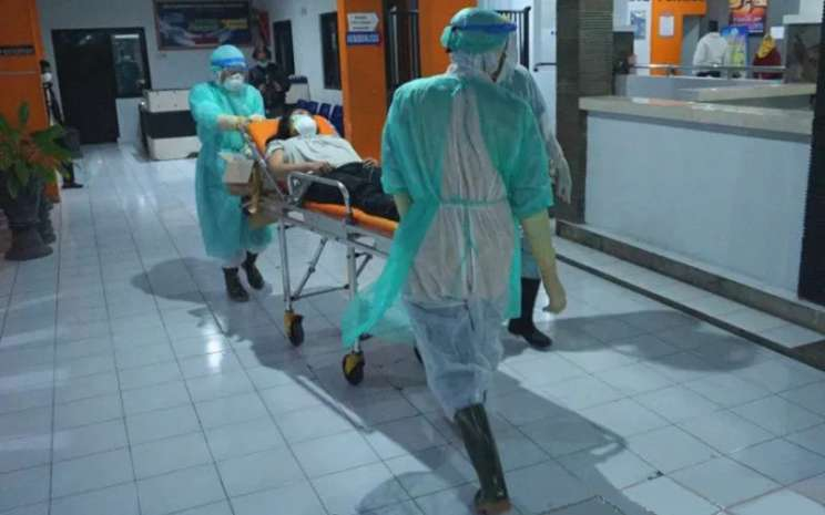Ilustrasi - Perawat mengenakan pakaian APD (alat pelindung diri) baju hazmat (hazardous material) membawa pasien dalam pengawasan Covid-19 (Corona Virus Desease) menuju kamar isolasi khusus RSUD dr Iskak, Tulungagung, Jawa Timur, Jumat (13/3/2020).  - ANTARA