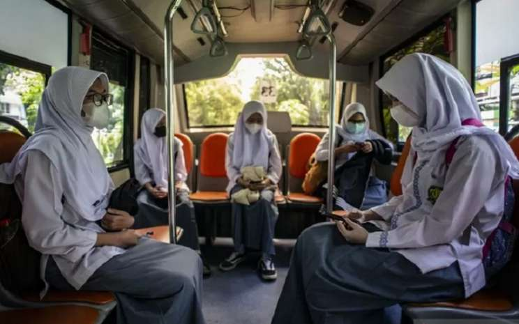 Pelajar SMKN 15 Jakarta menaiki Bus Sekolah Gratis seusai mengikuti uji coba pembelajaran tatap muka di SMKN 15 Jakarta, Kebayoran Baru, Jakarta Selatan, Jumat (9/4/2021).  - Antara